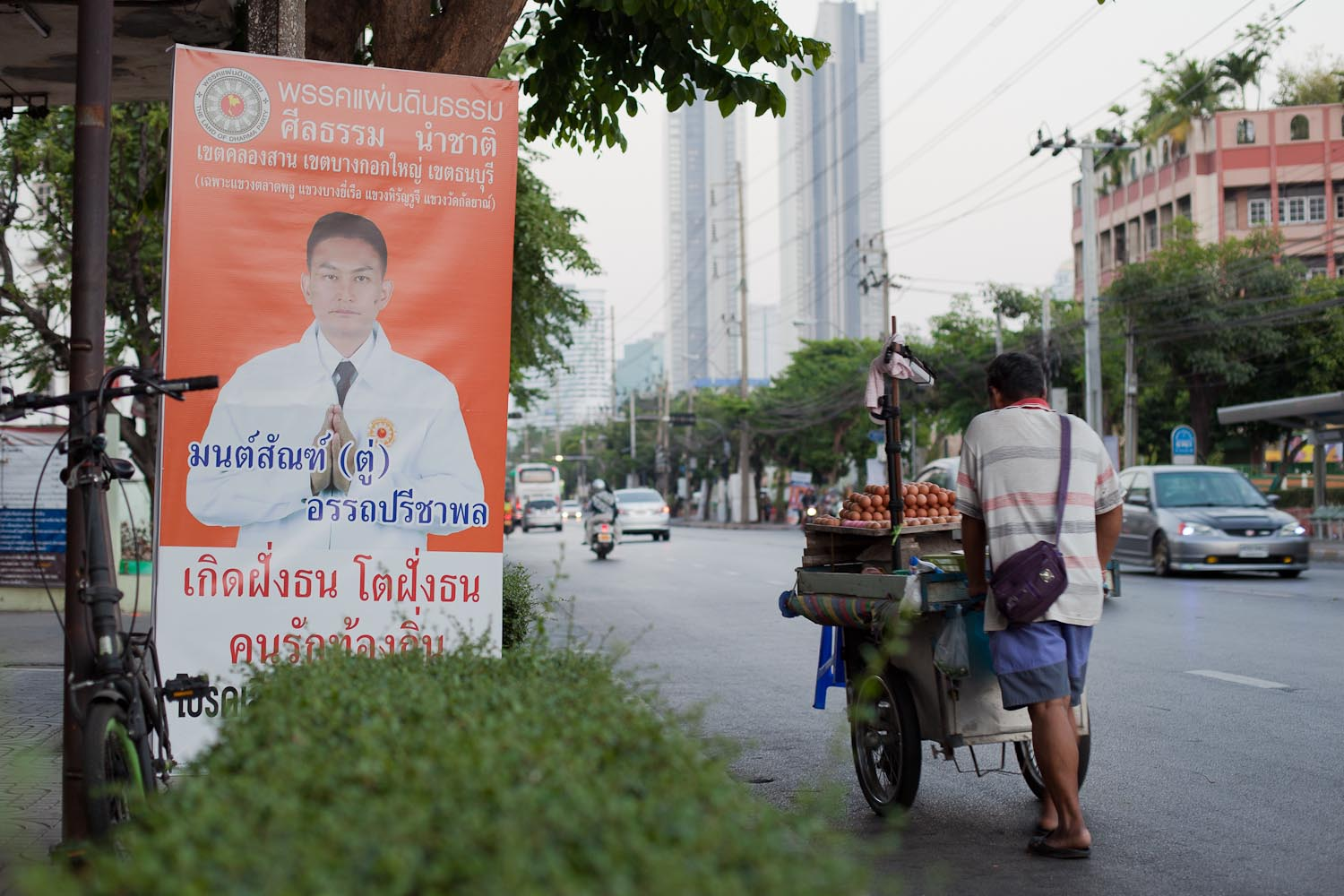 "Phak Phaendin Thamm (Land of Dharma Party): ""Let morals lead our nation."" – ""Born in Thonburi. Grown up in Thonburi. A person who loves his home."""